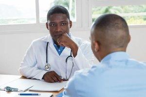 A doctor at a dual diagnosis treatment center Denver talks to a client